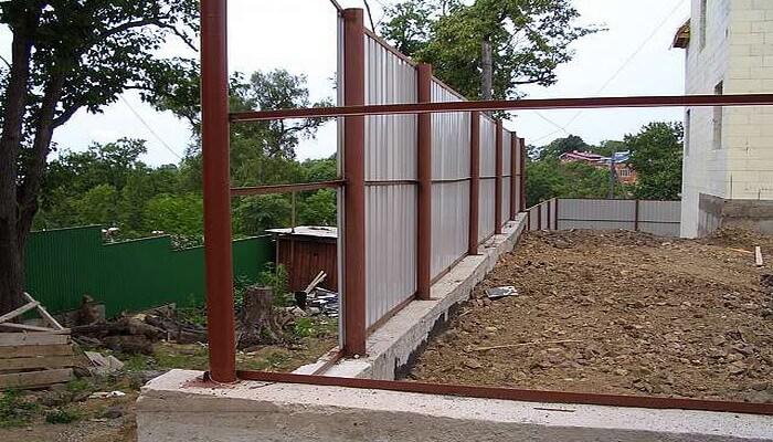 Как построить забор из профлиста с фундаментом своими руками