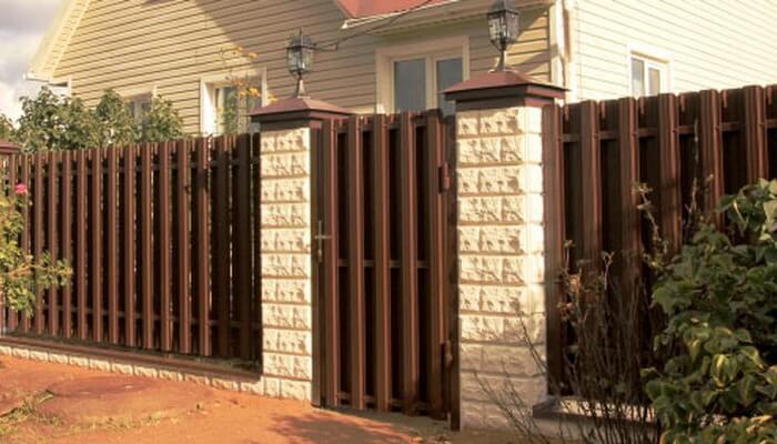 как украсить металлический забор